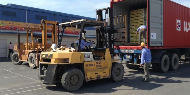 Xe nâng phục vụ trong việc nâng hạ hàng hóa